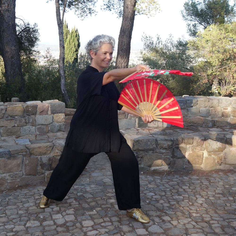 Femme avec éventail taiji Autourdutao